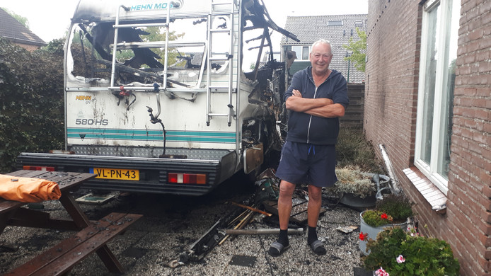 De camper van Kameriker Jan Poel is afgelopen nacht uitgebrand naast zijn huis aan De Werf, maar hij kan nog steeds lachen. ,,Het zijn maar spullen.''