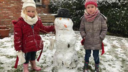 Kinderen leven zich uit in eerste sneeuw