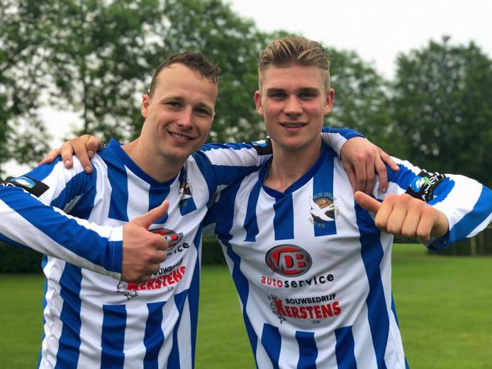 Jarno Kosman (links) en Rick Maassen vieren de promotie van De Zwaluw. De twee stoppen na de gewonnen nacompetitie.