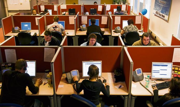 Medewerkers van een callcenter in actie. De personen op de foto hebben niets met onderstaand verhaal te maken.