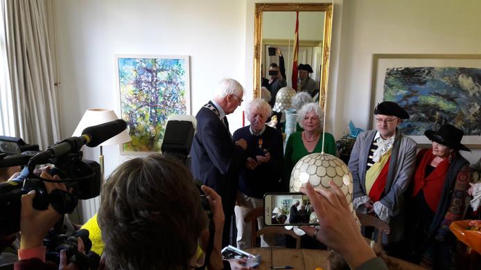Acteur John Leddy ontving de Ridder in de Orde van Oranje-Nassau.