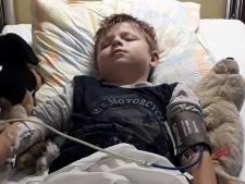"""Atteint par la Covid, le petit Damien est aux soins intensifs: """"En tant que parent, c'est horrible de voir son enfant souffrir"""""""
