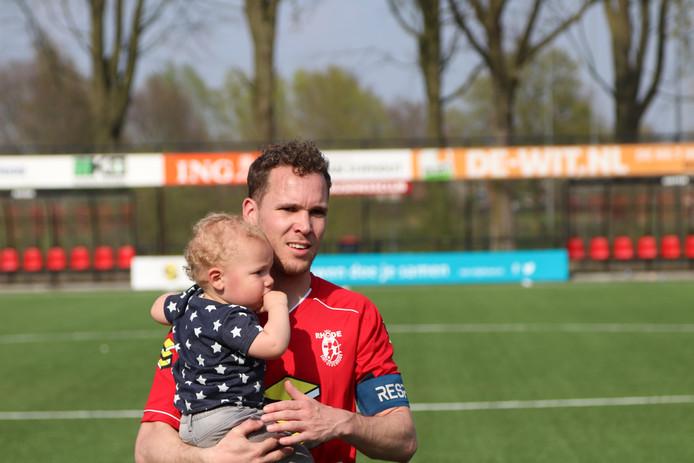 Rhode-aanvoerder Martijn van Boerdonk met zijn zoontje na de 3-1 zege vorige maand op koploper Juliana'31.
