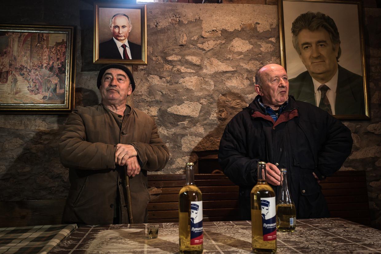 Petrušić Milutin en Petrušić Mališa bij 'Crimea pub' in Putinovo. Beeld Zolin Nicola