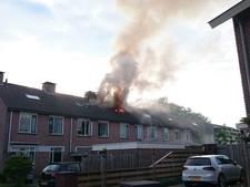 Vlammen slaan uit dak woning in Daarle, huis 'onbewoonbaar'