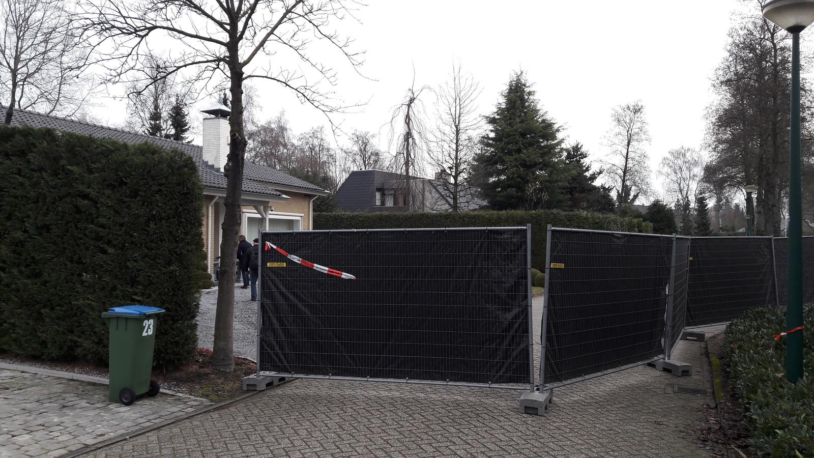 Woning waar de verdachte is aangehouden is afgezet met hekken.