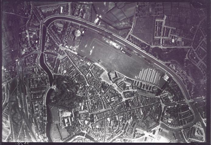 De singels omlijsten de historische binnenstad van Breda. Herkenningspunt is de Koepelgevangenis, linksboven. Rechts van het midden staat een militair tentenkamp opgesteld, bij de Chassékazerne. De foto is rond 1925 gemaakt.