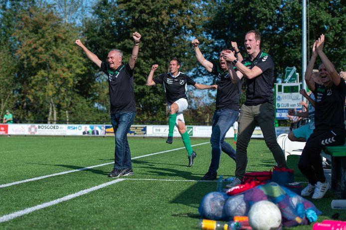 Eindelijk kon SC Teuge-trainer André Wassink weer eens juichen. De eerste competitiewedstrijd werd gewonnen.