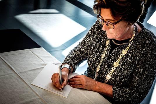 Burgemeester Wobine Buijs van Oss tekent het condoleanceregister op het gemeentehuis.