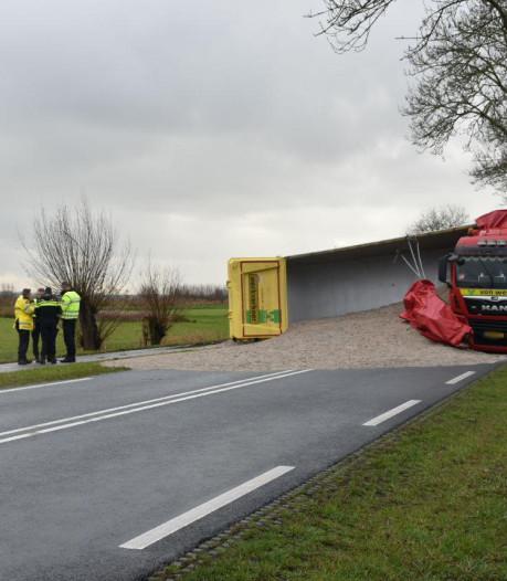Ravage in Meppel: vrachtwagen verliest lading na crash met auto