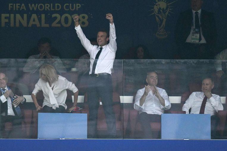 Macron staat duidelijk te vieren in de eretribune bij een Frans goal.
