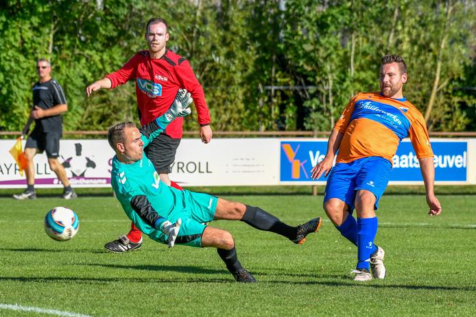 Doelpunt nummer 42 van 2019 alweer voor ONI-aanvaller Sander de Bont (rechts). (archieffoto)