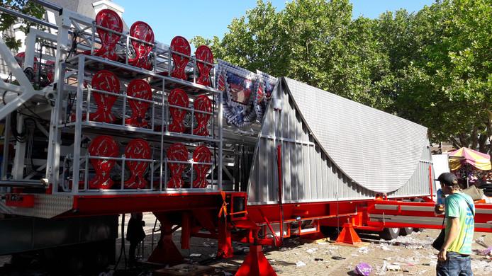 De kermis in Kerkdriel zit er weer op. De nieuwe attractie Europe Flyer, een 40 meter hoge zweefmolen, wordt klaargemaakt voor vertrek naar een volgende kermis.