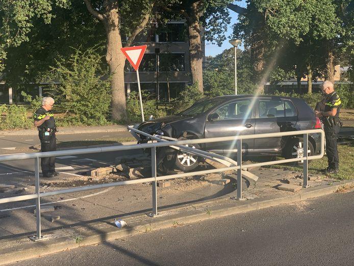 Zowel de auto als de oversteekplaats raakte flink beschadigd.