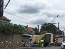 Bestelwagen rijdt zich vast onder brug aan Heernislaan