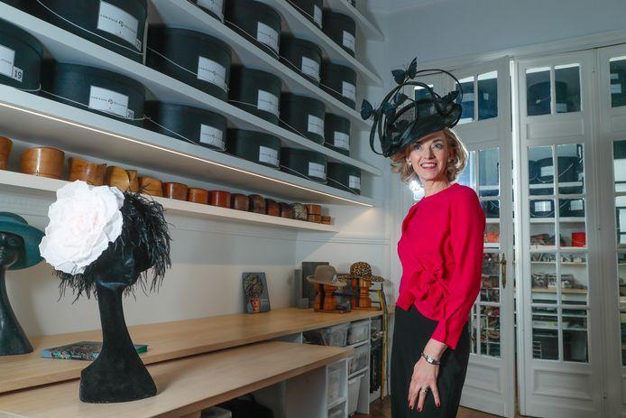 """Als de fotograaf aan Fabienne Delvigne vraagt om haar hoed wat meer naar achteren te schuiven, valt ze haast achterover. """"Mais non!"""" Want een hoed fout dragen, is als een trui binnenstebuiten aantrekken."""