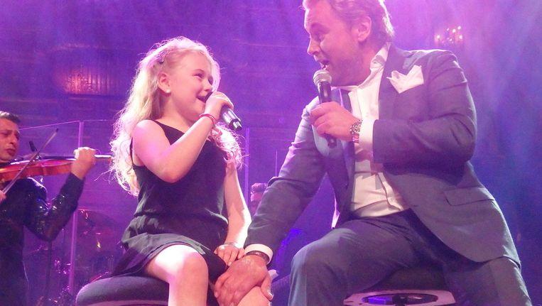 Jubilerend volkszanger Wesly Bronkhorst in duet met dochter Beau Beeld Hans van der Beek