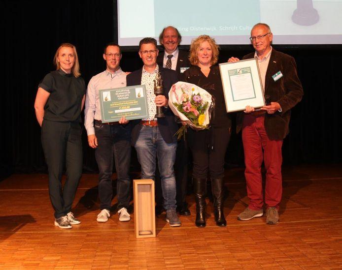 Vorig jaar ontvingen Eric en Karin Rentmeester de Karel Groenland Cultuurprijs. Ze werden omringd door (vlnr) juryvoorzitter Evelien Nelemans, Dick Groenland (zoon van Karel), ceremoniemeester Rick Schilders en Dré van Hal.