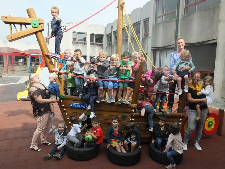 De kleuters testen de nieuwe speeltoestellen uit op de speelplaats van basisschool Erasmus.