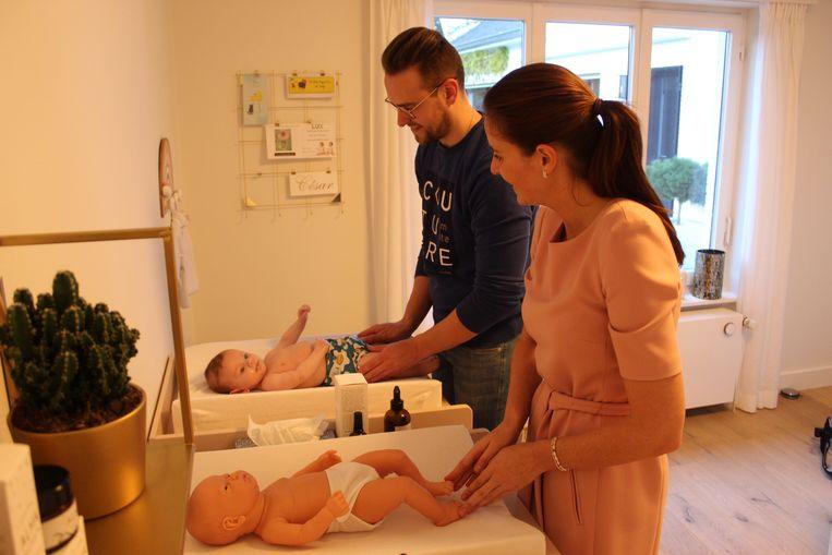 Bij de massage toont Heleen de technieken voor op de pop, en moeten de ouders zelf hun baby masseren. Dat versterkt de band.