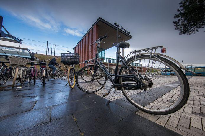 De fietsenstalling bij het NS-station in Dronten. Veel fietsen staan niet in maar naast de stalling geparkeerd.