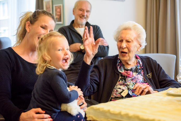 Mimi de Cock heeft op haar verjaardagsfeest in Odendael plezier met achterkleinkind Jip