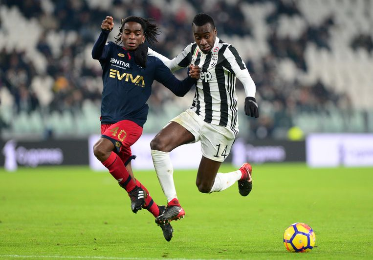 Omeonga hier in duel met Blaise Matuidi van Juventus.