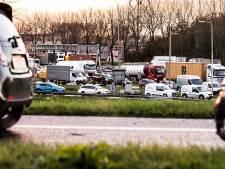 Ruim uur vertraging op A15 door vrachtwagen met pech
