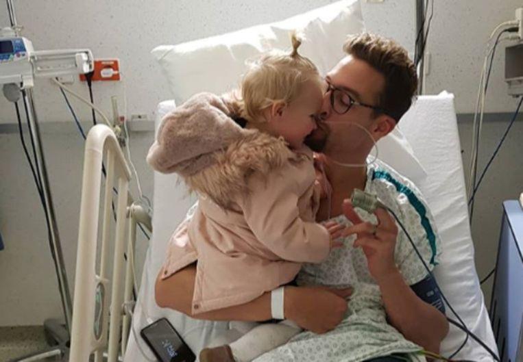 Pieter Timmers in het ziekenhuis met zijn dochtertje.
