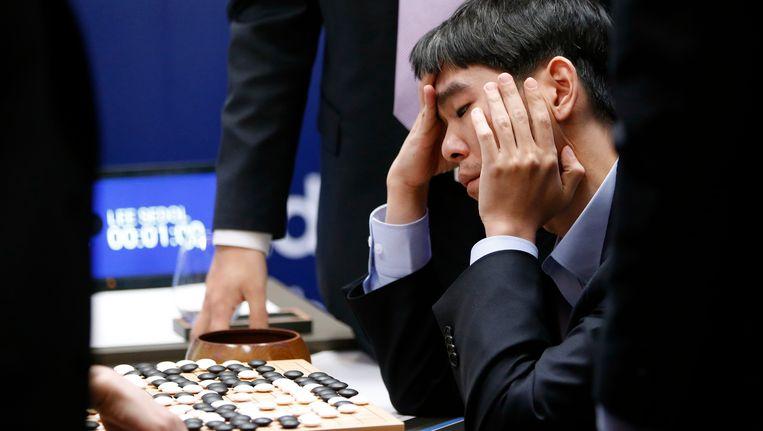 De Zuid-Koreaanse professionele Go-speler Lee Sedol legde het af tegen AlphaGo, het kunstmatige intelligente programma van Google DeepMind. Beeld AP