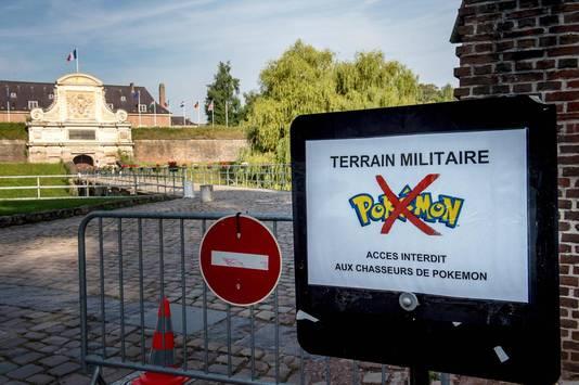 Een bordje bij Frans militair gebied om Pokémonspelers te weren.