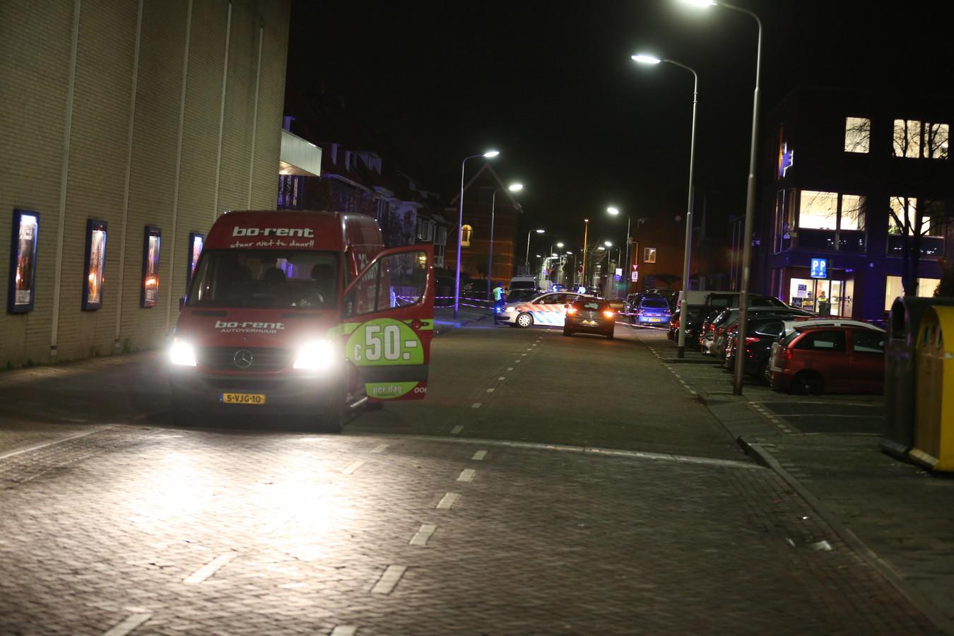 Het slachtoffer van de schietpartij zette zijn huurbusje stil bij het politiebureau aan de Nieuwstraat.