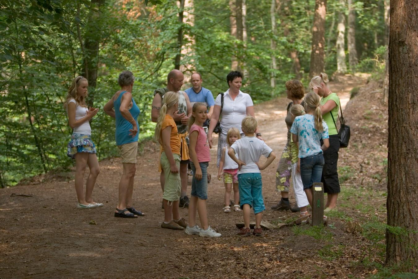 Drukte in de bossen bij Staverden. Toeristen die naar de Veluwe komen zouden meer gespreid moeten worden naar ook de onbekende plekken, denkt Herre Dijkeman van  Toerisme Veluwe Arnhem Nijmegen.