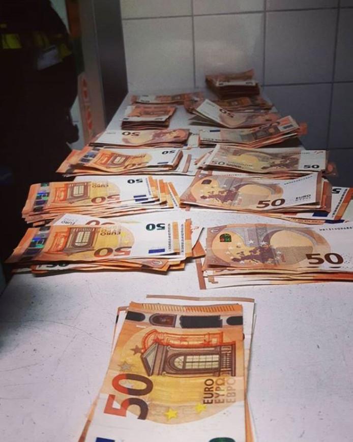 Op het bureau bleek de verdachte meer dan 12.000 euro bij zich te hebben.