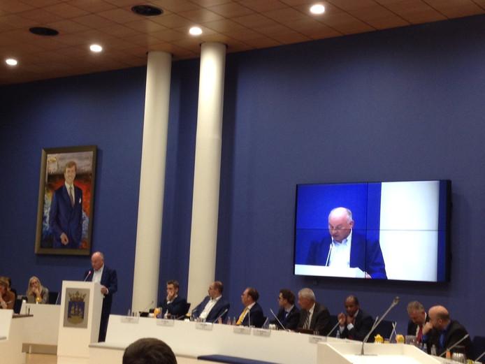 Wethouder Frits Beckerman spreekt de raad Veenendaal toe voordat hij zijn ontslag aanbiedt.