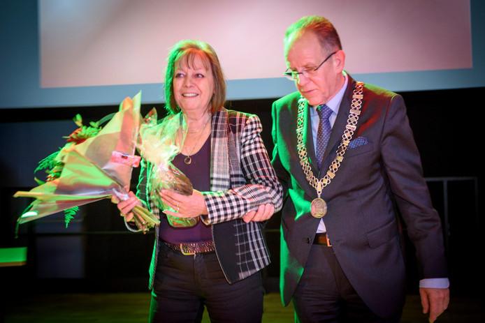 Cintha Bax ontving van burgemeester Paul Verhoeven de felicitaties als 'Verbinder van het Jaar' en het bijbehorende beeldje.