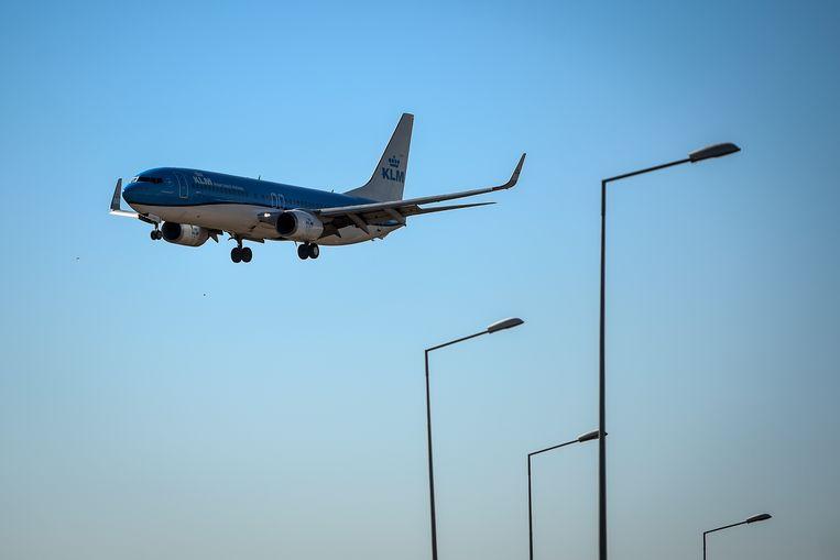 Een KLM-vliegtuig gaat landen in Lissabon.  Beeld ANP