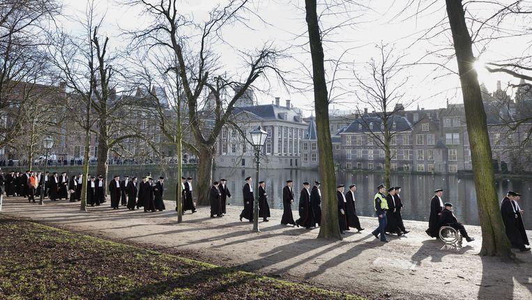 Hoogleraren lopen langs de Hofvijver in Den Haag, 21 januari 2011. Beeld Martijn Beekman
