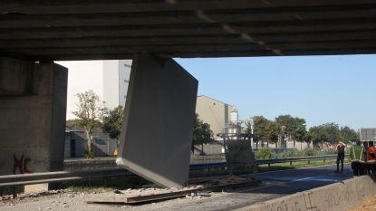 Betonpaneel gekneld tussen brug en wegdek: automobiliste kan niet tijdig stoppen