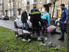 Scooterrijder knalt vol gas op stilstaande auto op Melis Stokelaan