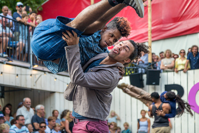 Een van de laatste voorstellingen zondag op de Boulevard: Braziliaanse dansers op het festivalplein. Foto Marc Bolsius