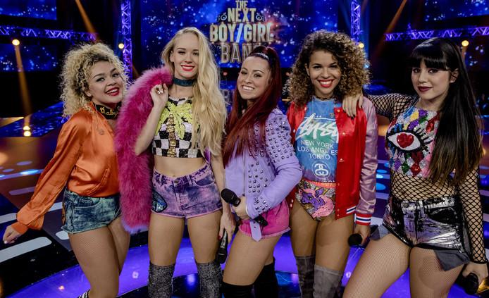 Romy de Proost (midden) staat samen met Delany, Denise, Rony en Som in de finale van The Next Boy/Girl Band.