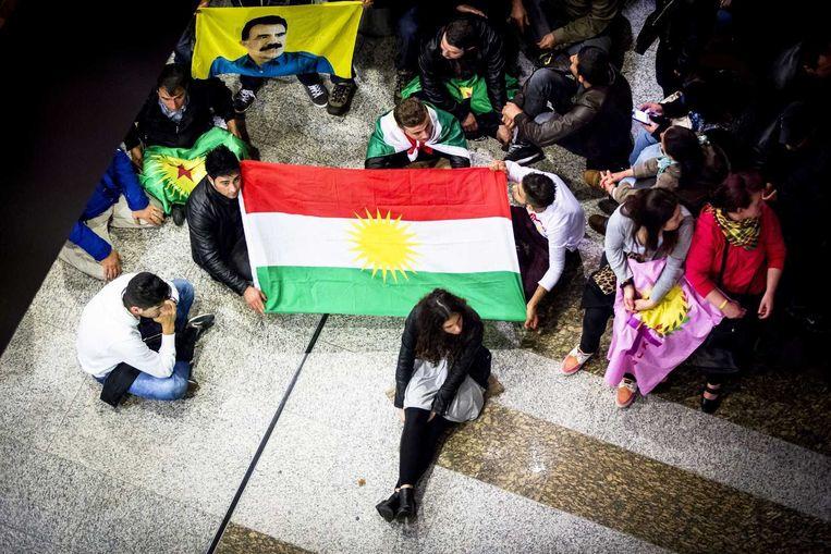 Koerdische demonstranten en agenten in de hal van het Tweede Kamergebouw, afgelopen maandag. Beeld anp