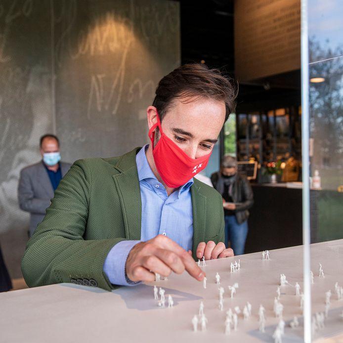 Breda - Jeroen Bruijns zet een poppetje op een Maczek maquette om op symbolische wijze de bevrijding van Breda te herdenken. Bruijns: 'Ik was op zoek naar een verzetstrijder, zoals mijn opa. Maar ik heb gekozen voor een verbeelding van de vlucht, net als het beeld in het Valkenbergpark.'