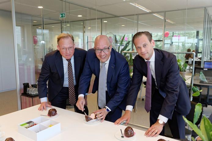 Bossche Bollen met roze vulling (huisstijl) bij de opening van Voldaan. Ad Buijs, mede-directeur van Voldaan (links) naast burgemeester Jack Mikkers en directeur Tim Zoete.