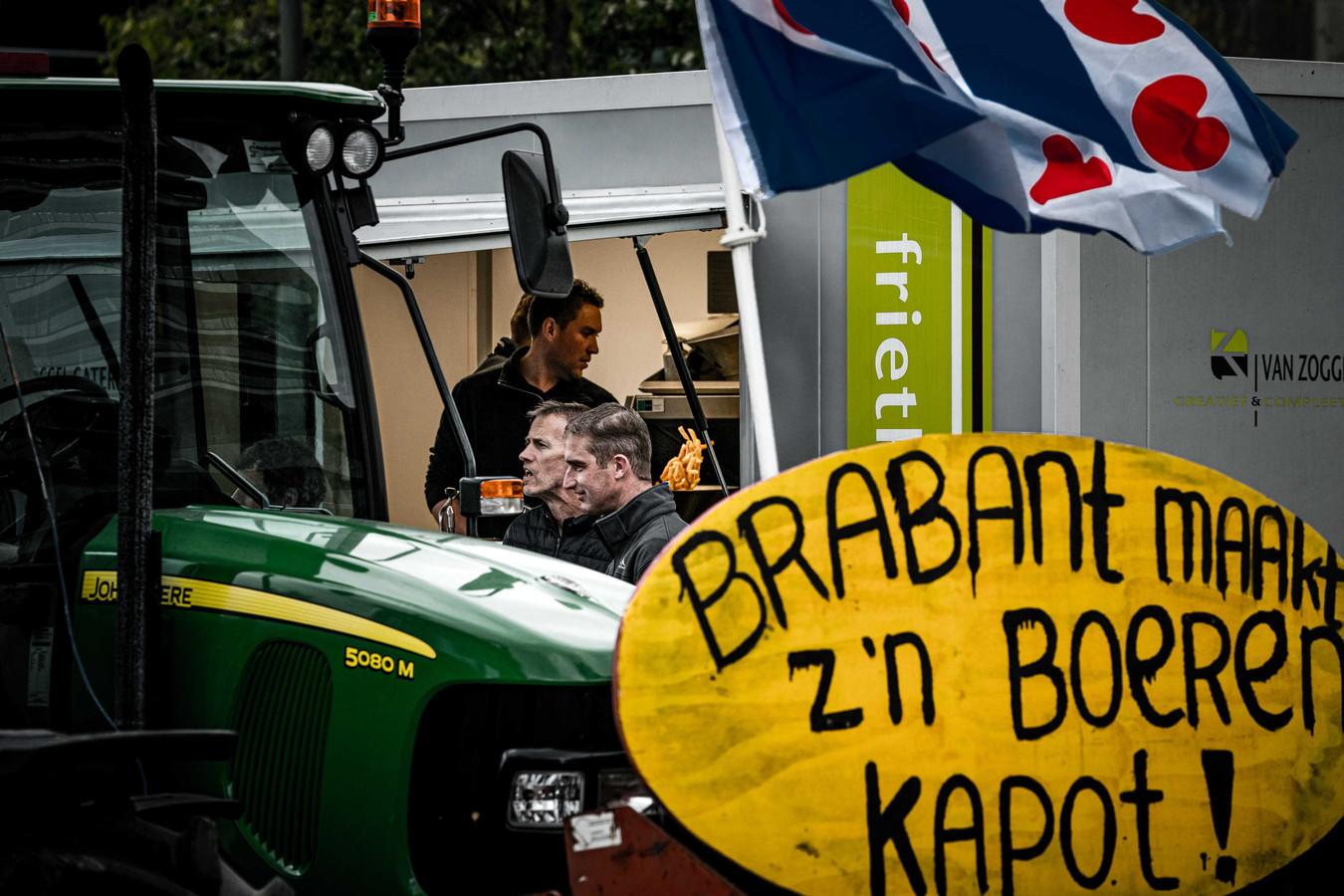 2019-10-21 13:26:32 DEN BOSCH - Brabantse boeren voeren actie bij het provinciehuis tegen de strenge stikstofregels. De actie vond plaats in aanloop naar het statendebat over landbouw. ANP ROB ENGELAAR