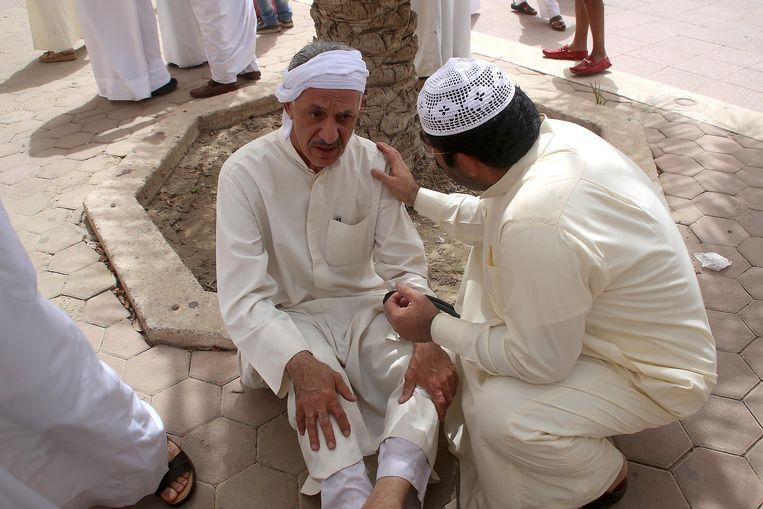 Een gewonde man na de aanslag in Koeweit-Stad.