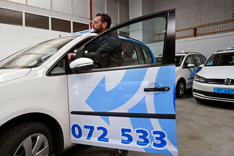Marc Paauw van Taxi Zwart uit Heiloo ziet veel van zijn taxi's stilstaan in een hal. Beeld Olaf Kraak
