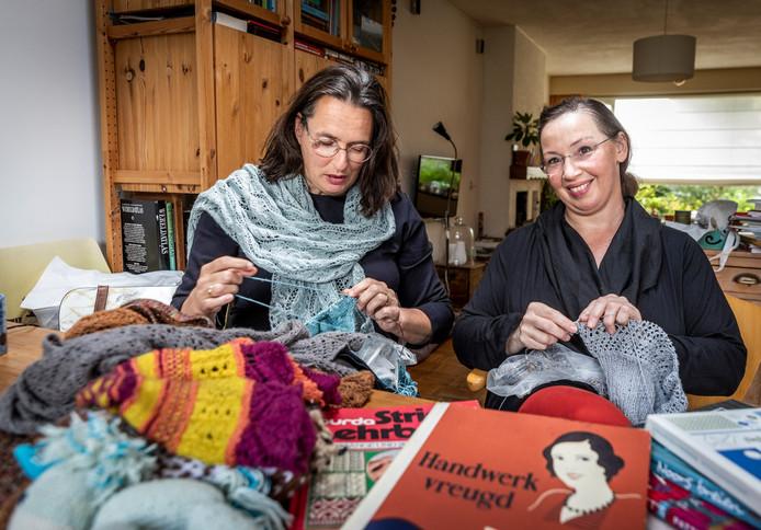 Marleen Hoogendam (rechts) breit samen met haar vriendin Astrid Bogers (links).