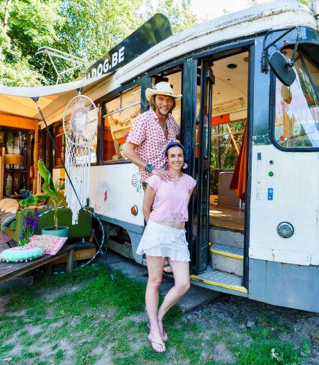Zeistenaar Mark (44) kocht een tram en toverde 'm om tot vakantiehuis: zo ziet dat eruit
